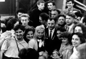 на фестивале молодёжи и студентов в Хельсинки в 1962г. – в центре Юрий Гагарин, справа среди артистов балета «Сампо» Виктор Мяукин (2)